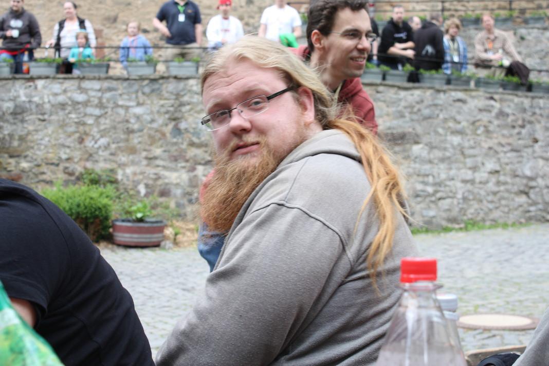 Frisur und Bart passen gut zur Burg. Perfekt!